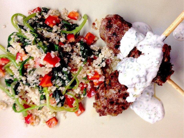 Fleisch am Spieß mit Quinoa-Spinat Salat1